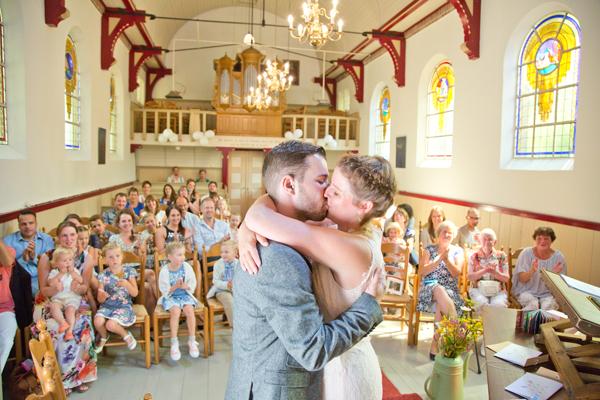 bruidsfoto bruid op knieen lijkt